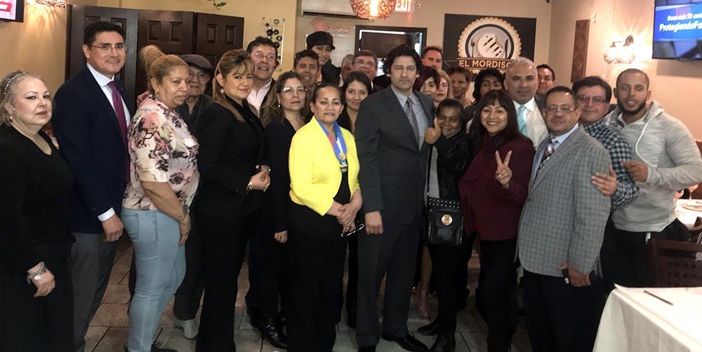 El candidato Yonel Letellier Sosa, al centro de corbata y rodeado de sus seguidores en El Mordisco.