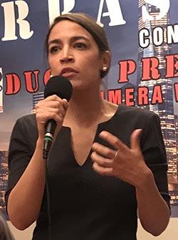 Alexandria Ocasio, candidata a congresista en Nueva York, también se hizo presente y habló de la unión de los latinos.