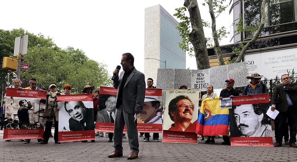 Arturo Archila, psiquiatra, dirigiéndose a los asistentes que exigieron no más asesinatos en Colombia.