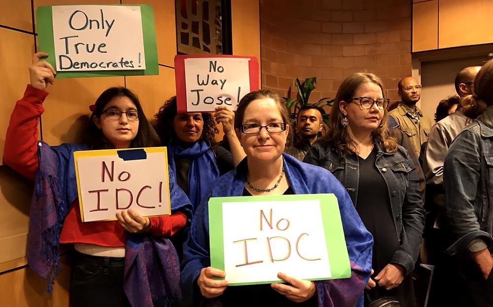 En el Centro Judía atacaron al senador José Peralta con letreros.