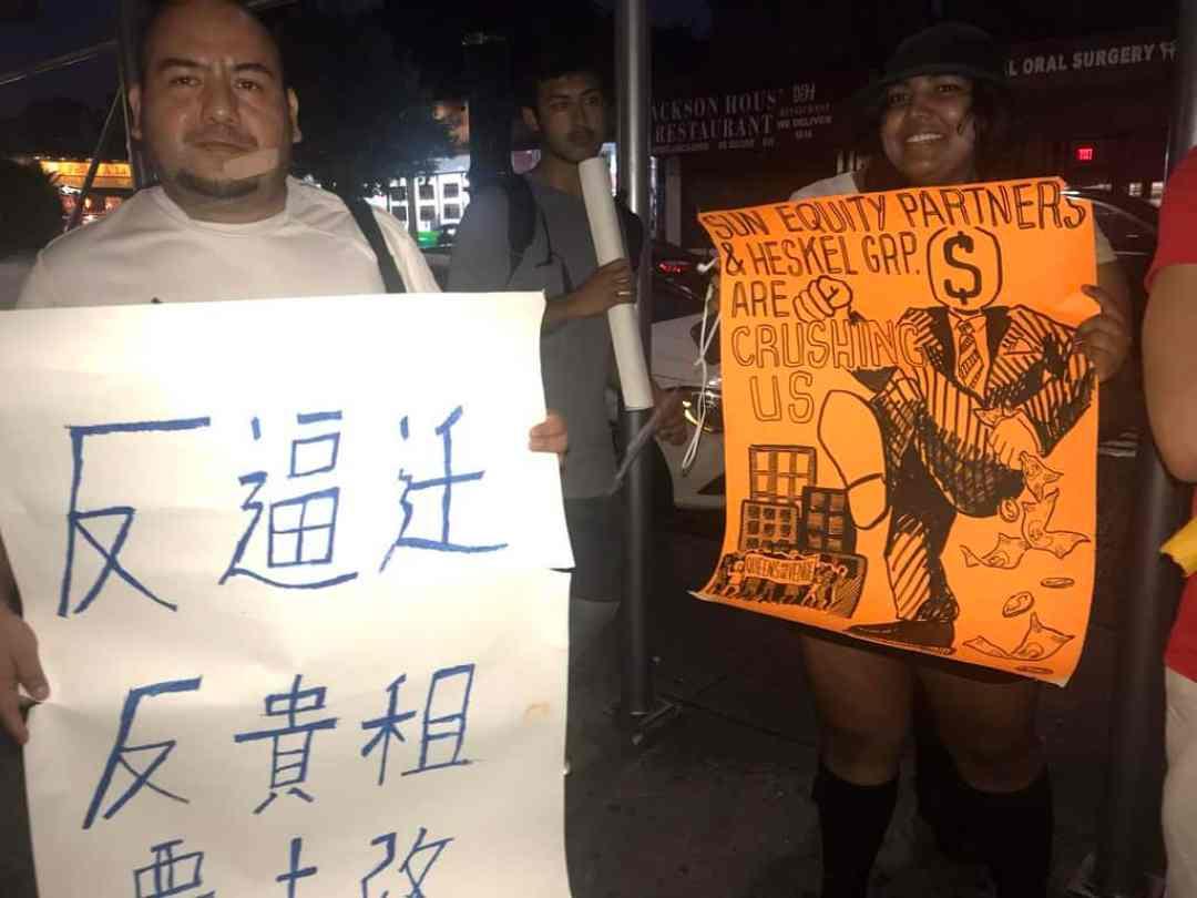Los manifestantes exhibieron carteles en contra de la carestía de los arriendos y el desplazamiento de la comunidad.