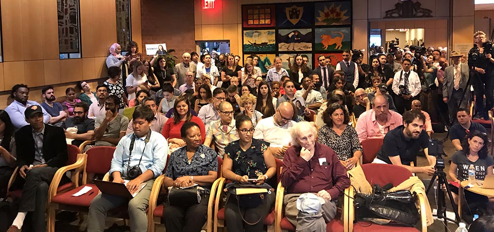 People attending the debates at the Jewish Center in Jackson Heigthts, Queens. Photo Javier Castaño
