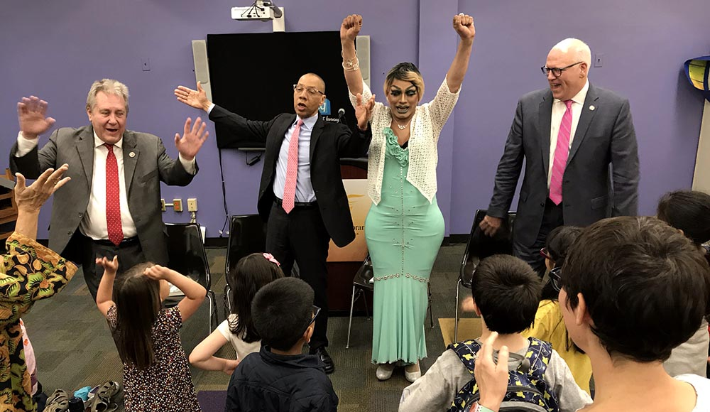 Desde la izquierda, el concejal Dromm, Dennis Walcott, Angel Elektra y el congresista Crowley jugando con los niños.
