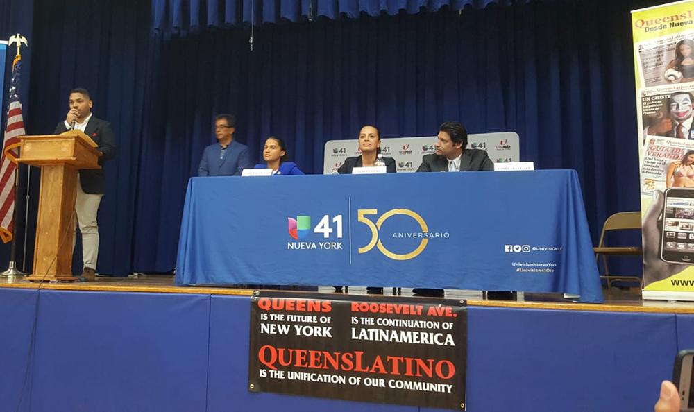 En el pódium, Danny Mendoza, y en la mesa, desde la izquierda, Ari Espinal, Catalina Cruz y Yenel Letellier.
