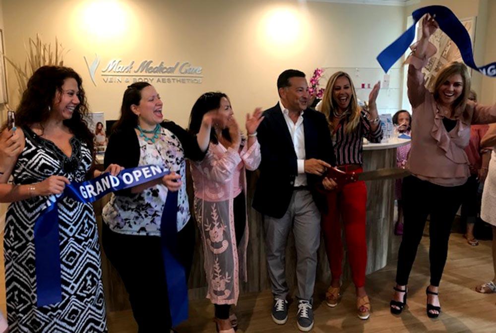 Desde la izquierda, Maritza Marmolejo del centro de llamadas, Ursula Castaño, gerente, Gloria B de la emisora Amor, el doctor Ron Mark, su esposa Kimberly Mark y Itala Perdomo, recepcionista de Mark Medical Care en Woodside, Queens.