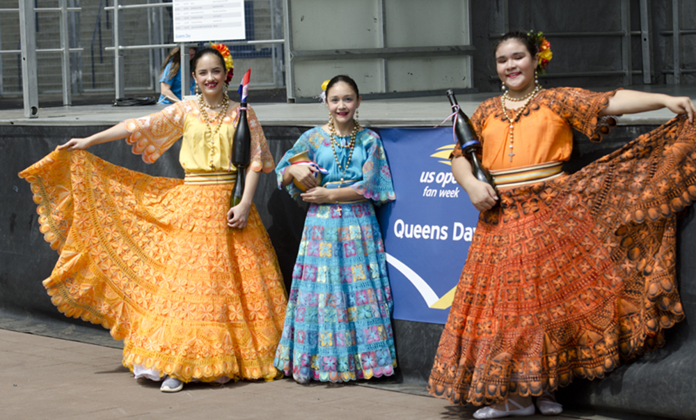 El Open celebró el Queens Day con música y danzas de Latinoamerica. En la foto, jóvenes de Paraguay demostraron el tradicional baile de la botella. Foto: cortesía Dino García.