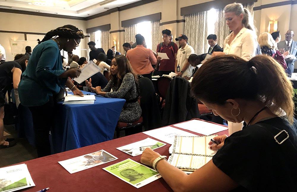 Más de 20 agencias de la ciudad de Nueva York dieron a conocer sus servicios y contratos en el Sheraton Hotel de Flushing.