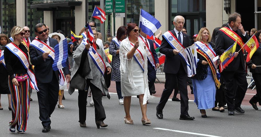 Los organizadores del Desfile de la Hispanidad desfilaron con cósules y Latinoamérica y la jueza Carmen Velásquez. Foto Humberto Arellano