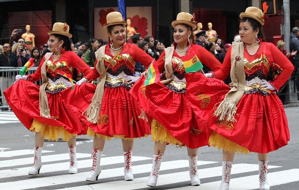 La delegación de Bolivia siempre es de las más vistosas en los desfiles. Foto Humberto Arellano