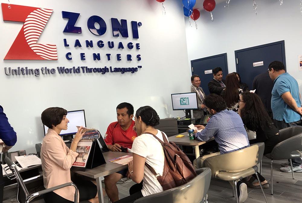 Jacqueline Paz, a la izquierda, registrando nuevos estudiantes de inglés en ZONI Language de Newark.