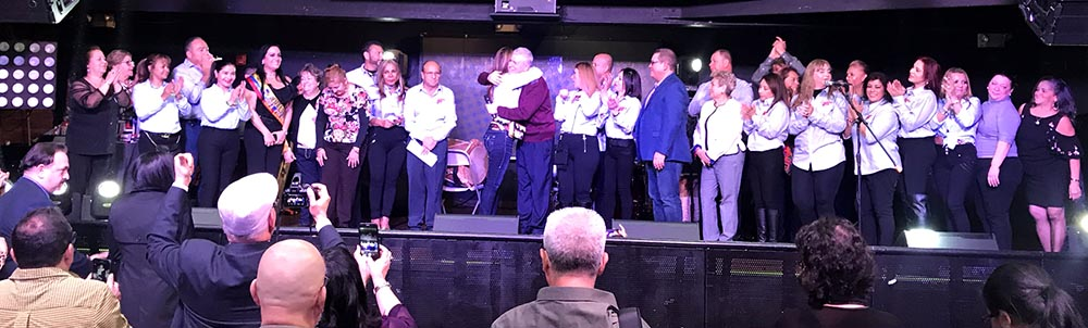 Al centro, el abrazo del cura Fernando Echeverry a la cónsul general María isabel Nieto. Foto Javier Castaño