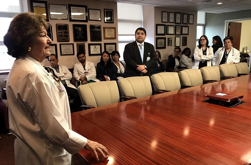 Jasmin Moshirpur, CMO del Hospital Elmhurst, y Israel Rocha, CEO, felicitando al equipo que salvó la vida a la madre Dahiana Trinidad y su hija Dahielyn. Foto Javier Castaño