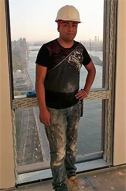 Pablo Sen Calet en la ventana de un edificio en Nueva York. Foto Gloria Medina