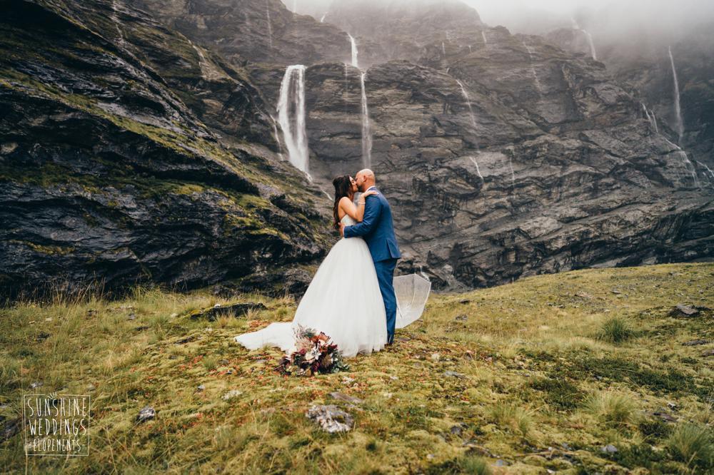 Earnslaw Burn heli wedding by Sunshine Weddings Elopements