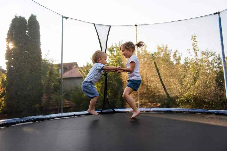 Trampoline pour les enfants dans son jardin