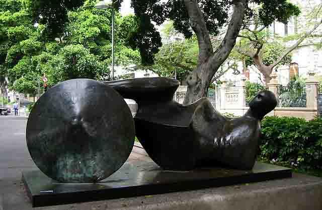 10 imprescindibles de Tenerife o qué ver en Tenerife. Escultura: El guerrero de Goslar de Henry Moore, en santa Cruz de Tenerife