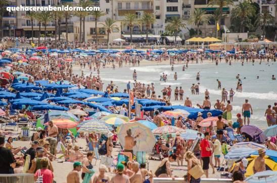 Playa de poniente repleta de turistas