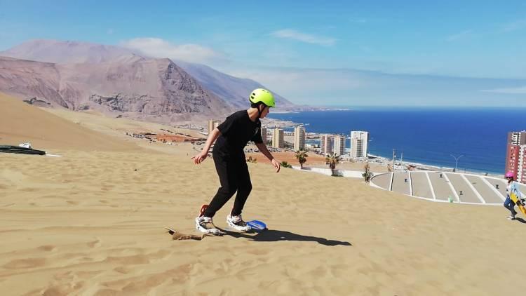 Practicar sandboard en las arenas del cerro Dragó