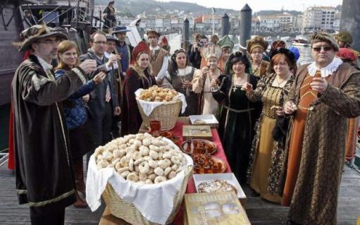 Comensales disfrazados del  medievo, en una comida