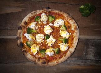 Pizza Green Bro: Tomate, mozzarella, brócoli al horno, búfala, yema de huevo y filamentos de guindilla.