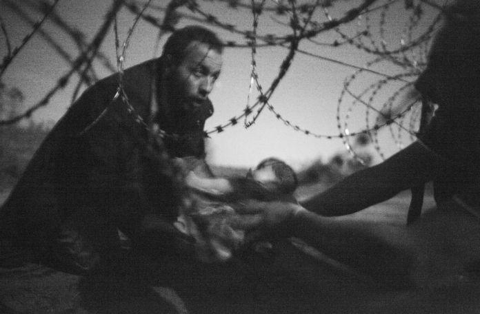 Fotografía Ganadora World Press Photo 'Esperanza de una nueva vida' de Warren Richardson