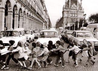Una de las instantáneas de Doisneau sobre el día a día en París