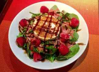 La ensalada de espinacas, queso de cabra, frambuesas y aliño de frutos rojos