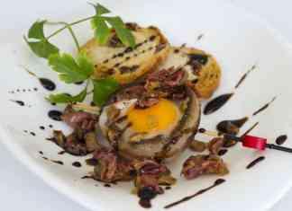 La Champion Wanda, champiñón a la plancha relleno de picadillo de jamón, huevo de codorniz, aderezado con reducción de Pedro Ximénez y rebanada de pan tostado con pasas.