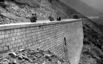 Una foto de la construcción del poblado para los trabajadores del túnel