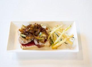 Minitosta Gloria (Solomillo ibérico, queso Philadelphia, cebolla caramelizada, crujiente de calabacín y frutos rojos)