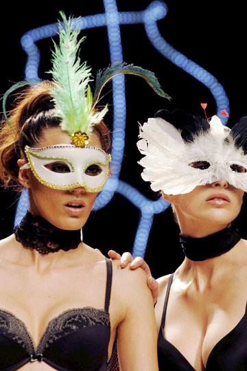 Modelos con máscara para Teleno. Yodona