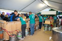 Fûts de bière et bénévoles bien organisés