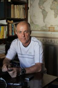 """7/10 """"Bei uns läuft das zwischen Staat und der Bevölkerung eher so"""" sagt Nikolai Alexandrov, hält dabei beide Hände nebeneinander vor sich und bewegt sie langsam nach vorne - parallel und weit von einander entfernt. """"Solange sich die beiden nicht in die Quere kommen, ist alles in Ordnung."""" Der 67-jährige ist Professor an der staatlichen Universität Yaroslavl für zeitgenössische russische Politik. Zur Sowjet-Zeit war er nicht als Lehrer tätig, weil er nicht eine Ideologie verbreiten wollte, in die er nicht glaubt. Er war viel auf Reisen, und hätte auch im Ausland leben können. Trotzdem ist er nach Russland zurückgekommen. """"Jeder der in der Sowjetunion gelebt hat, sieht, wie viel unendlich mehr Freiheiten wir heutzutage hier haben."""" Alexandrov sieht seine Verantwortung darin, den Studenten eine kritische Sichtweise auf Politik zu vermitteln. """"Meine Schüler denken viel in Schablonen: Dies ist gut, das ist schlecht. Mein Job ist es, diese Schablonen zu zerstören. Ob sie mit der Politik übereinstimmen oder nicht, ist mir nicht wichtig. Hauptsache, sie denken selber darüber nach."""" Aber wird nicht genau das in Russland unterdrückt? """"Man kann hier alles sagen, was man will; man kann wählen, wen man will, und Bücher schreiben, worüber man will. Solange man das nicht auf einem hohen politischen Level macht... Aber das reicht doch für ein gutes Leben."""""""