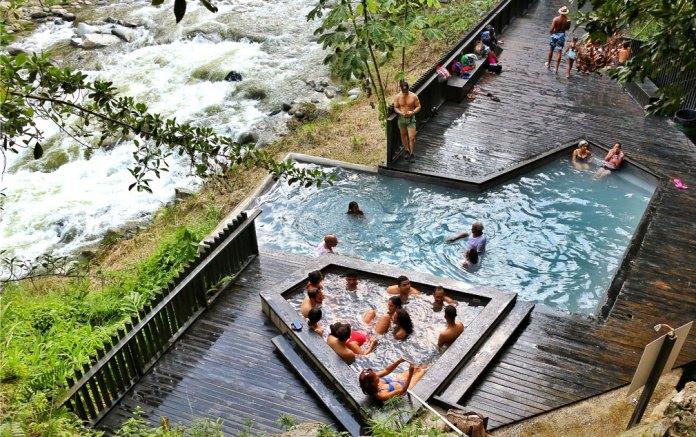 Foto de las piscinas azufradas en el Parque de Termas Naturales Aguas Calientes, San José de las Matas, República Dominicana.