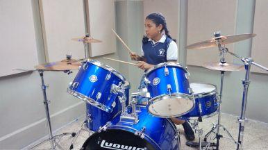 Las estudiantes del colegio no tardaron en ocupar los instrumentos donados y expresar su alegría. Foto: Cortesía