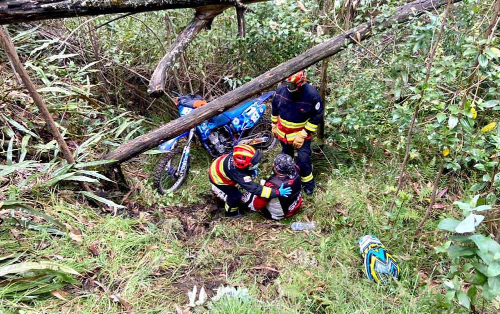 rescatan motociclista Bomberos de Quito