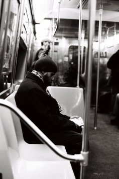 Tri X / 24x36 / Man reading the Coran. Subway.