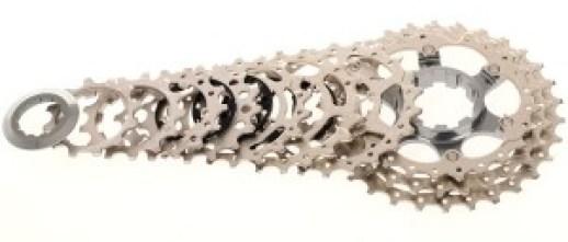 Caset Ultegra 6700 explotado, nótese las muescas en el núcleo para insertarse con la orientación correcta en la rueda libre y mantener alineados dientes y rampas