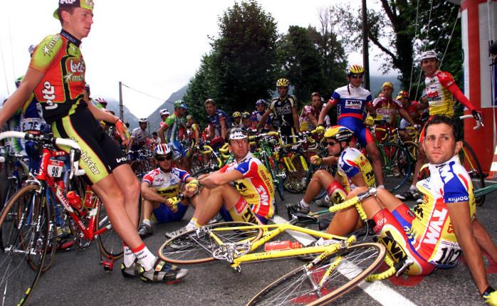 El pelotón detenido durante el Tour de 1998 en protesta por la detención de ciclistas durante el Affaire Festina