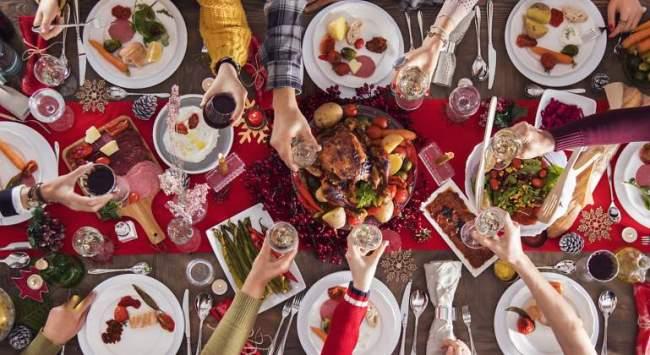 ¡Mesas llenas de platos, copas llenas para brindas porque es ¡Navidad!