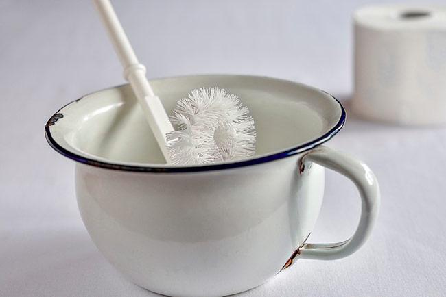 Soñar con limpiar un inodoro