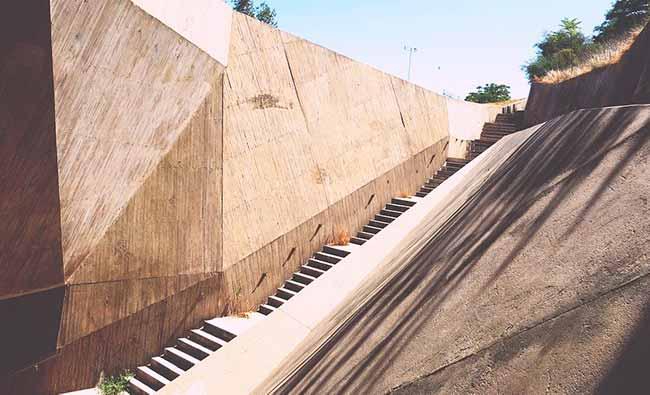 Soñar con ver escaleras de cemento