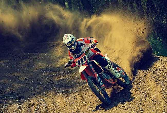 Soñar con manejar moto a toda velocidad