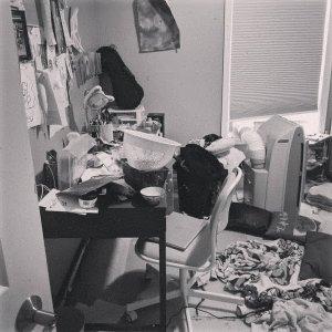 Messiest room in the world. Thats a strainer with grapes (I mean raisins).