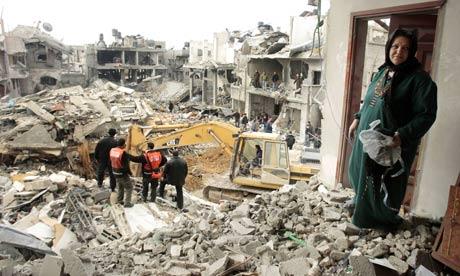 Une Palestinienne contemple sa maison détruite après une frappe aérienne à Jabalya, au nord de la Bande de Gaza. (Photo : Mohammed Salem/Reuters)
