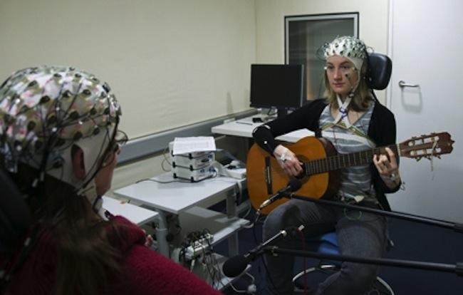 guitarrista con electrodos