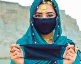 بلوچستان کے ضلع گوادر سے تعلق رکھنے والی معروف وی لوگر انیتہ جلیل کورونا وائرس سے بچائو اور ماسک کے استعمال کے بارے میں مہم میں حصہ لے رہی ہے۔ (تصویر / سوشل میڈیا/ انیتہ جلیل)