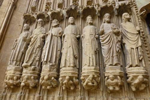 Esculturas de los apóstoles en la portada de la Catedral de Huesca
