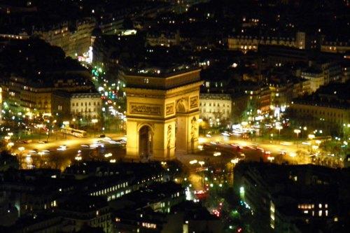 Vista nocturna del Arco del Triunfo de París