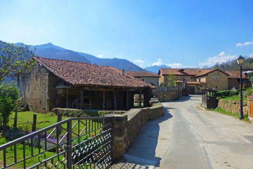 Conjunto de casas de arquitectura tradicional en Mogrovejo